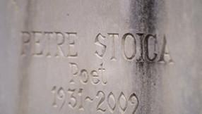 La căpătâiul locului de veci al poetului Petre Stoica șade o piatră funerară vie