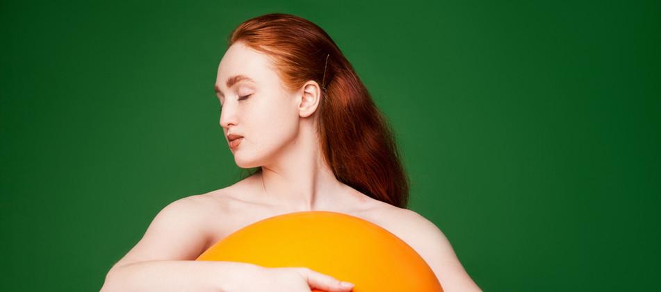 ガール抱きオレンジボール