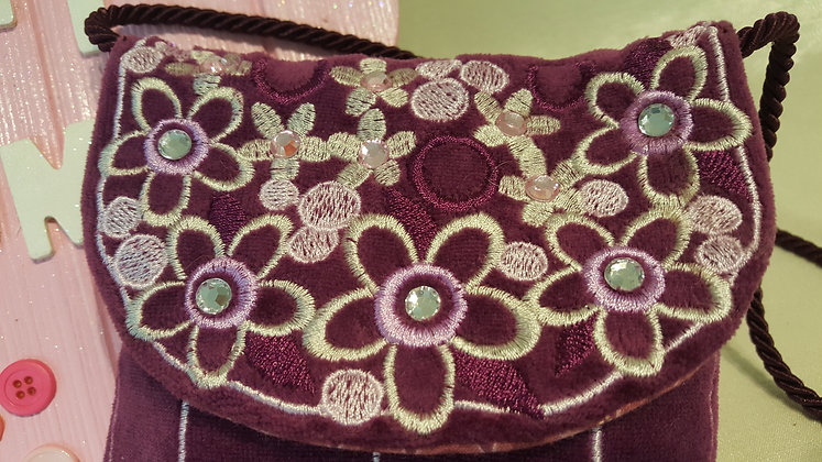 Small little purse with imbroidered flower design.