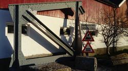 Veiskilt og jernbanebru sammen