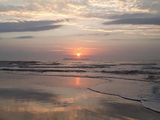 Poesia é um nascer do sol na frente do mar! 🌅🧡✨📷 @schucmanhenrique
