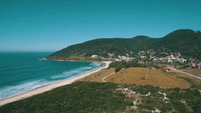 Aumente o volume e aprecie um pequeno trecho de uma linda canção sobre a Praia da Gamboa...