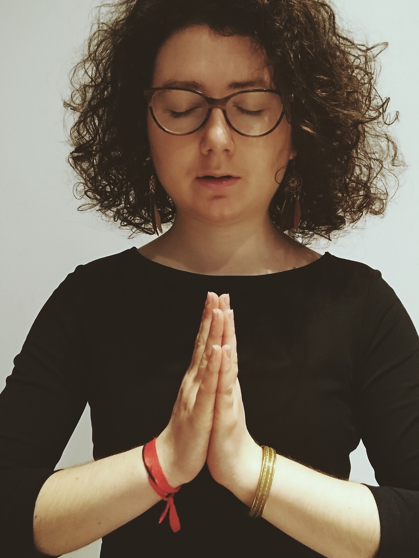 Chant mantra om Anjali mudra yoga cheveux bouclés
