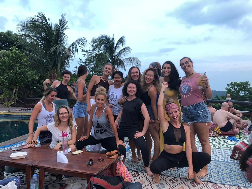 Groupe professeurs de yoga jeunes diplômés