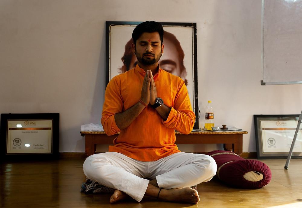 Cours yoga Inde Rishikesh yogi Homme professeur masculin