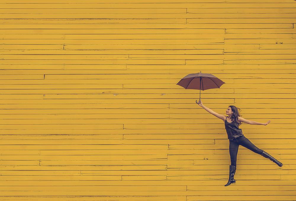 jaune parapluie s'envoler joie ambition