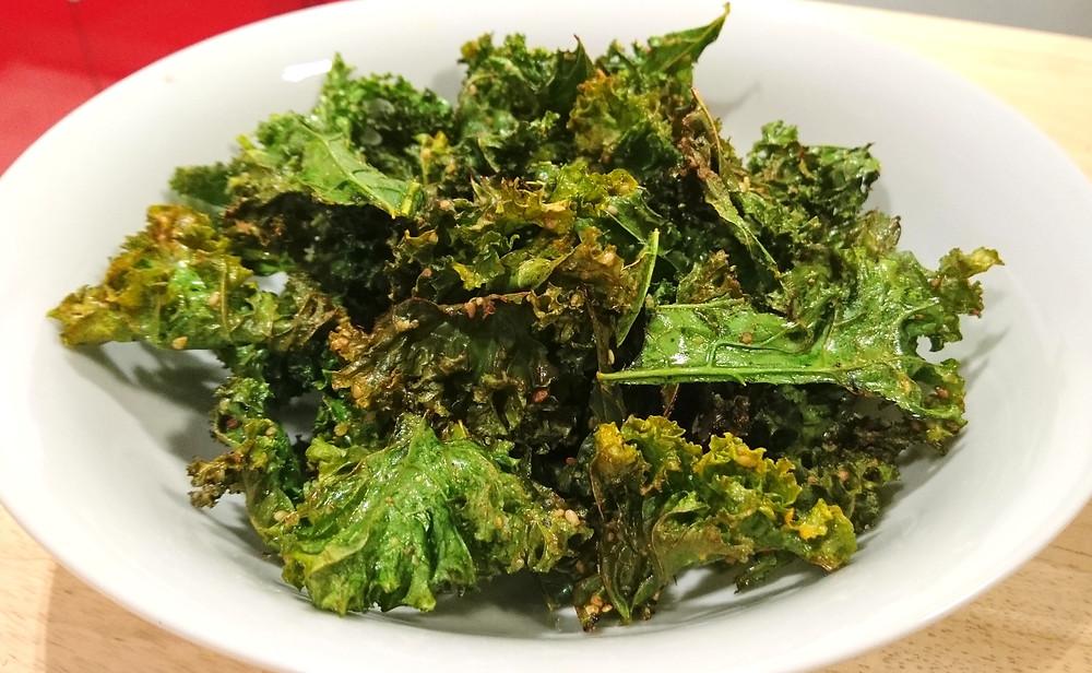 Chips kale curry huile de coco sain fait maison