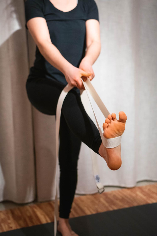 posture yoga équilibre sangle étirement