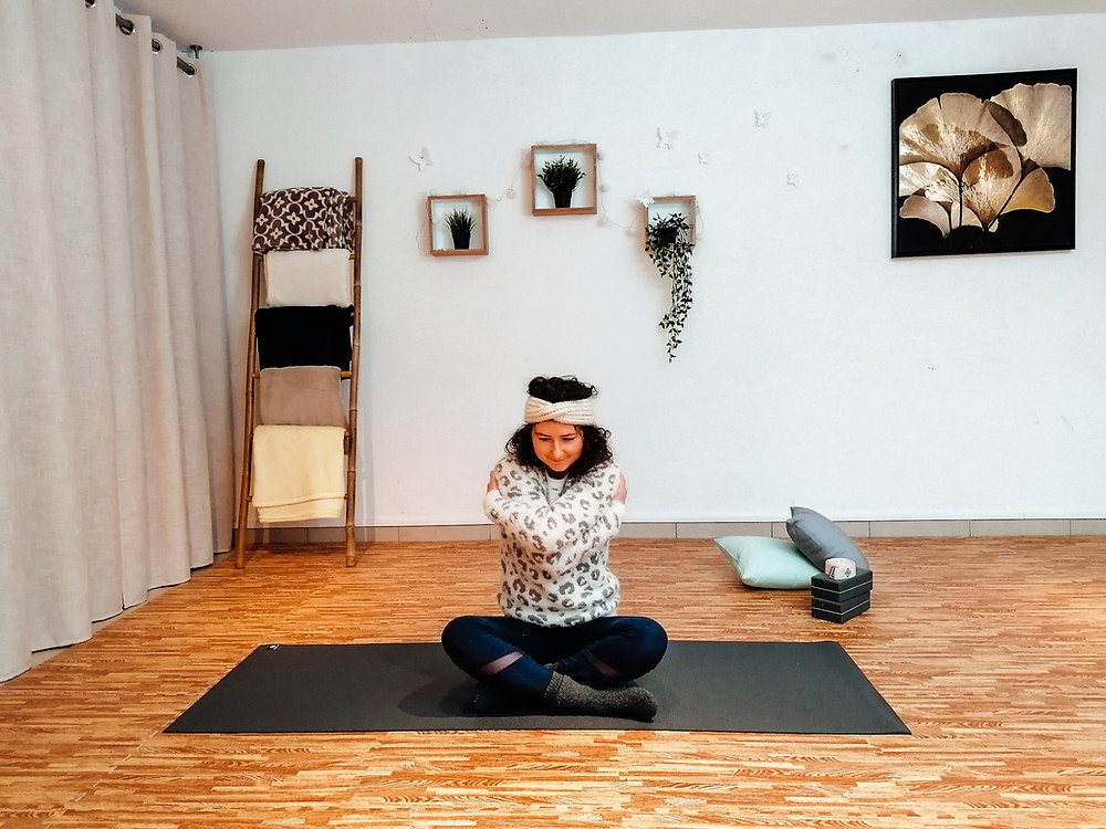 yoga hiver cocooning self hug ambiance chaleureuse