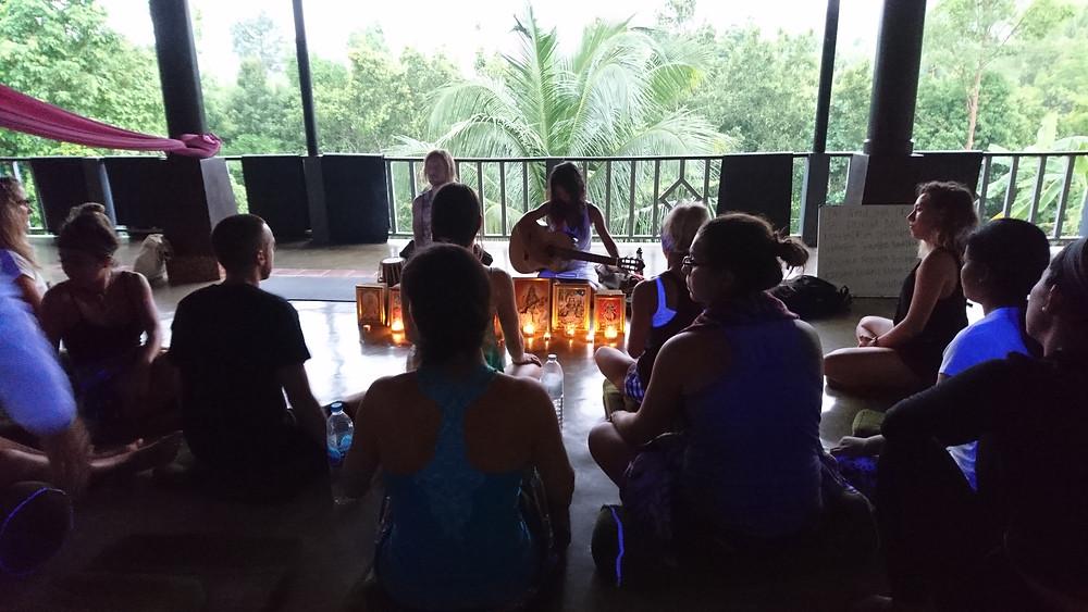 Kirkan chants mantra instruments bougies