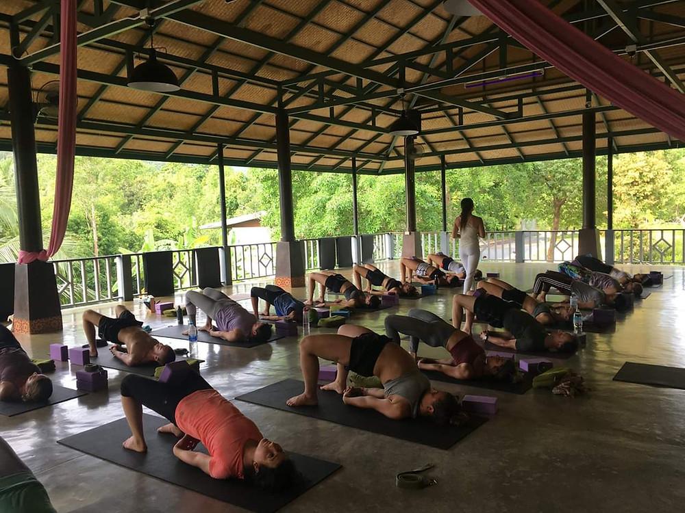 Formation professeur de yoga Thailande posture demi-pont