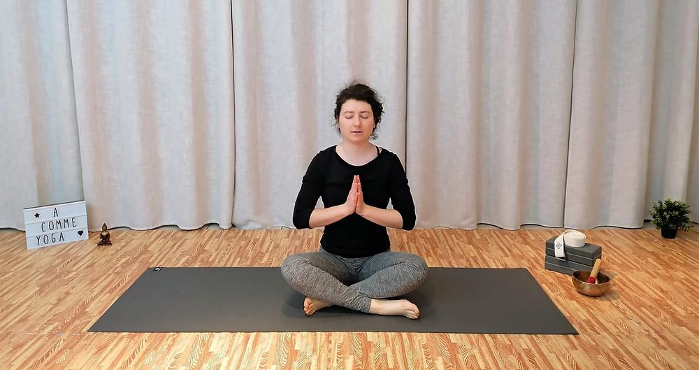 Posture yoga assise mantra OM anjali mudra