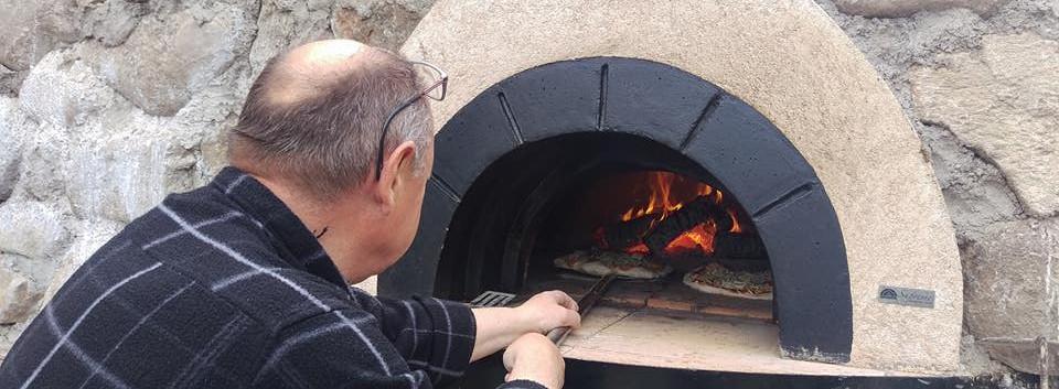 Johnny Steger dejlige pizzaer i stenovn