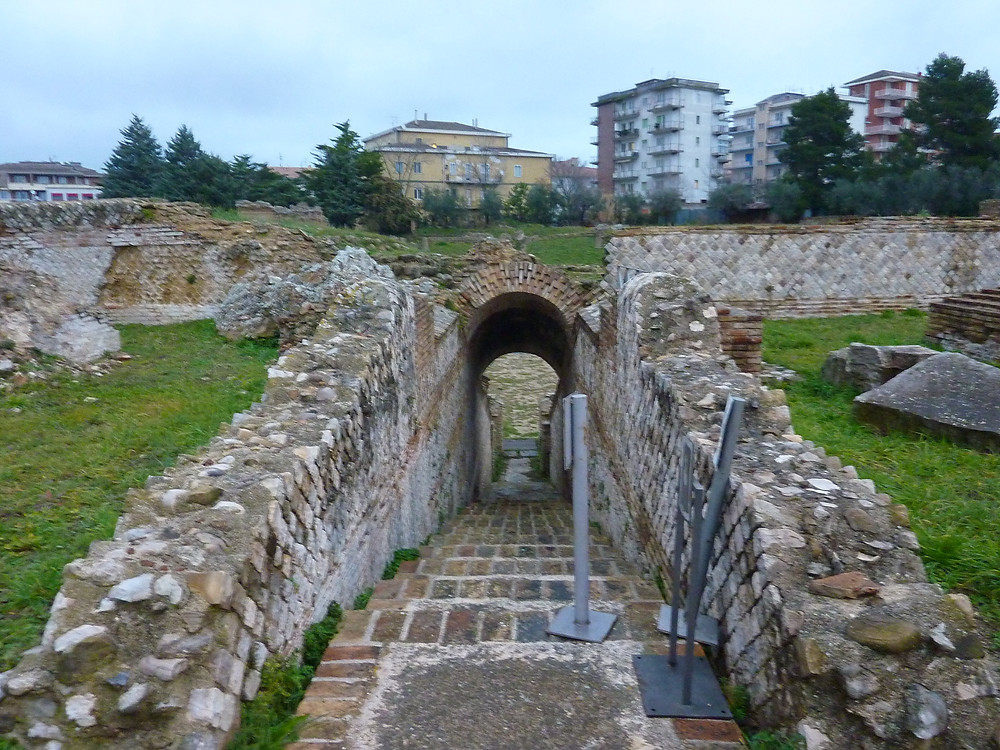 Amphitheatre, Larino, Di Pietro Valocchi from L'Aquila, Italy, CC BY-SA 2.0, https://commons.wikimedia.org/w/index.php?curid=52932595