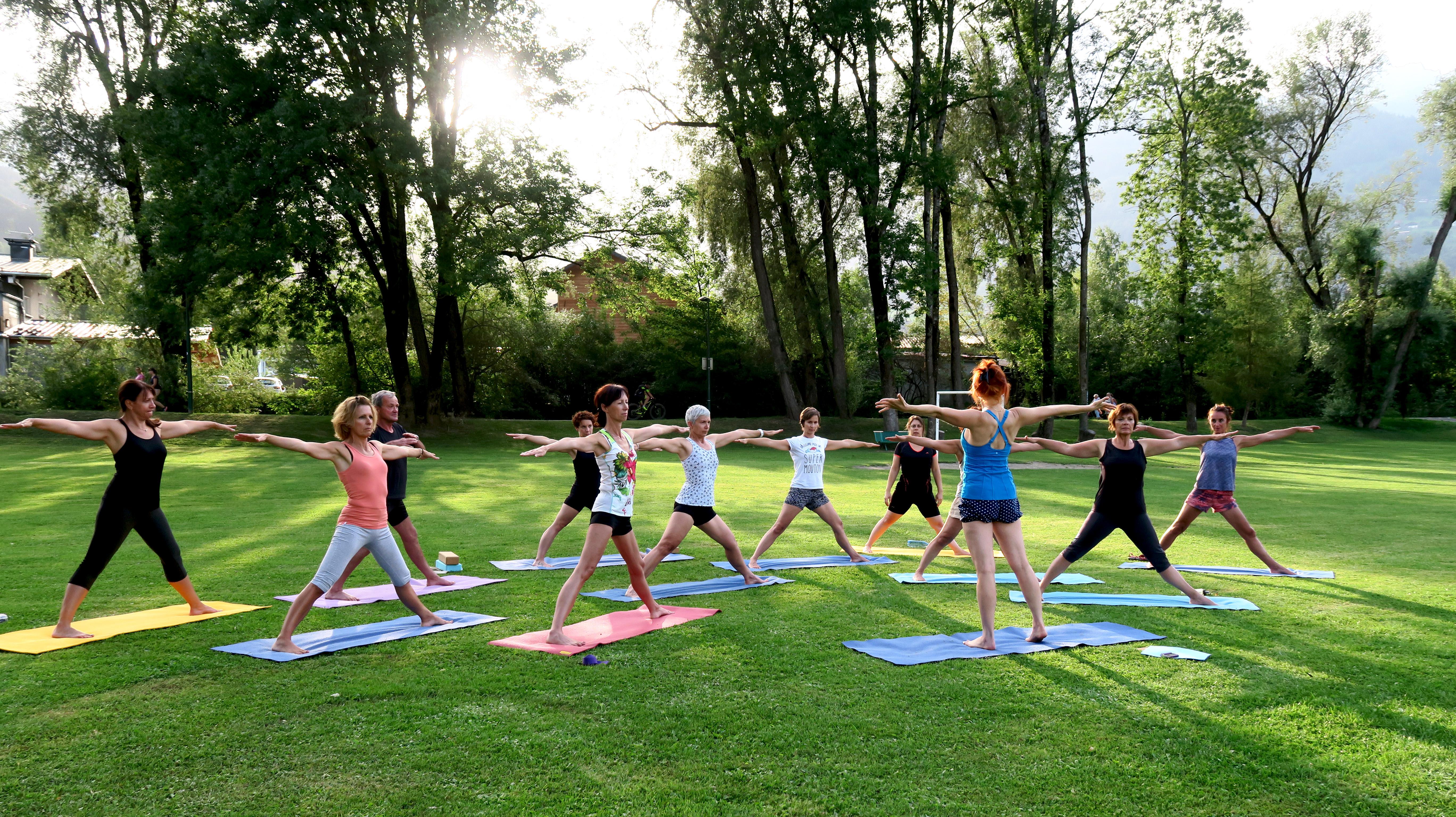 Cours de yoga en exterieur