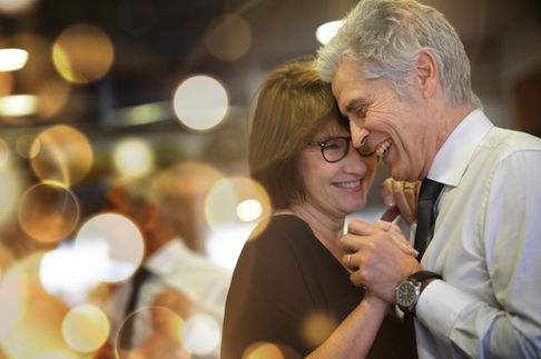 Dansend ouder echtpaar ter viering van hun 30 jarig trouwen
