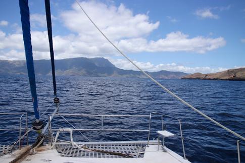 Hiva Oa, la voisine de Tahuata, se dessine au loin.  Nous sommes à bord du Big Fish, un nouveau catamaran qui nous ramènera lors d'une longue traversée de 18h jusqu'à Ua'Pou.   Lors de cette traversée, nous avons le bonheur de partager le bateau avec les deux supers skippers et une équipe de tournage au complet.  (plus d'informations sur le film dans le lien ci-dessous)