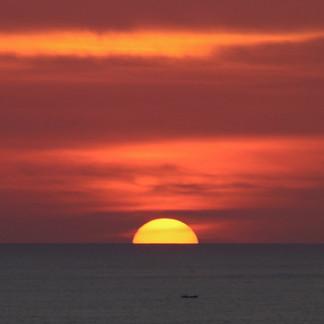 Depuis les falaises d'Uluwatu, alors que nous assistons à des danses traditionnelles Kecak, le soleil disparaît à l'horizon. Les pêcheurs de Jimabaran ont quitté le port et passeront la nuit en mer.