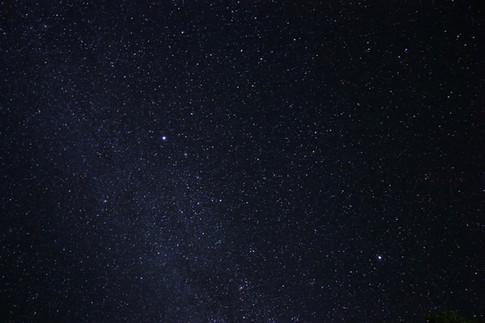 La nuit venue, nous découvrons avec émerveillement l'étendue de la voute céleste. Dans l'Hémisphère Sud, nous retrouvons Orion très rapidement, puis les Pléiades. Quelque part, se trouve l'hameçon de Maui, ou encore la croix du Sud, mais nous ignorons où exacement.   C'est certaine de ces constellations mythiques qui ont aidé les premiers peuples à s'orienter en mer, lors des grandes migrations à bord des pirogues à voile ou à double balancier. Guidés par les vents, les courants, la houle, et les étoiles, ils ont parcouru le Pacifique depuis l'Asie du Sud, environ 3000 an avant JC.