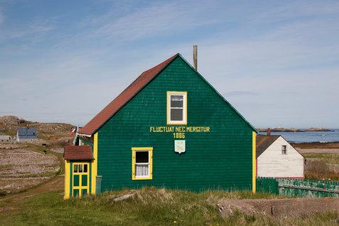 """Une maison restaurée sur l'île aux Marins.  """"Fluctuat Nec Mergitur : qui est battue par les flots mais ne sombre pas"""". Un adage bien adapté à l'archipel."""
