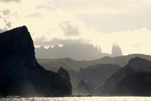 Vue de Ua'Pou en fin de journée, depuis le voilier Big Fish.   Les falaises escarpées et les baies étroites rappellent à quel point les Marquises peuvent paraître hostiles au premier regard.