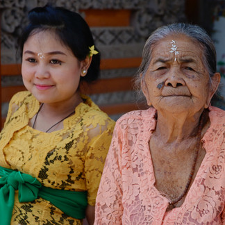 Durant Galungan, la plus grande fête hindouiste de Bali, les habitants se retrouvent en famille et dans les temples de chaque village. Nous sommes invités dans une de ces familles. Chaque maison possède un temple. Plus ou moins gros en fonction du niveau de vie.  Galungan est la cérémonie qui célèbre la victoire du dieu Dharma (le bien) contre le dieu Adharma (le mal). C'est une journée de fête où tous les habitants se vêtissent de la tenue traditionnelle et se retrouvent ensemble dans les village pour prier, faire les offrandes et jouer du gamelan (musique traditionnelle). La culture et la religion sont très fortes à Bali. Les balinais sont très attachés à leurs traditions qui se transmettent toujours aux jeunes générations. Le mode de vie balinais est basé sur le respect de la règle du Tri Hita Karana :  1. Se respecter, se connecter les uns aux autres 2. Se connecter aux dieux 3. Se connecter à la Nature.