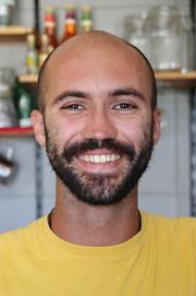 "R., barman portugais du Cana Roca, le bar ""alternatif"" du village de Fazenda."