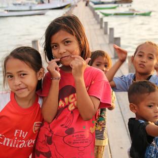 Un soir sur le ponton, les enfants nous rejoignent alors que nous essayons de prendre quelques plans.