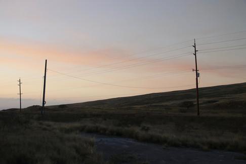 La nuit tombe alors que nous rentrons vers Honoka'a. Depuis la côte ouest, nous traversons les plaines centrales sur cette unique route pour rejoindre la côte est. Les températures chutent à mesure que nous nous éloignons de l'océan et que nous prenons de l'altitude.  À Hawaii, il existe 11 climats différents.  Lorsque l'on monte en altitude, nous perdons 5°C tous les 300m !