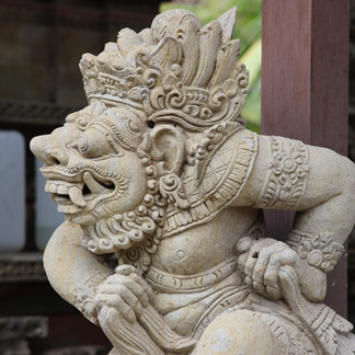 Ces statues quelque peu effrayantes à l'entrée des temples représentent des dieux ou les avatars des dieux. Ils permettent de faire fuir les mauvais esprits.
