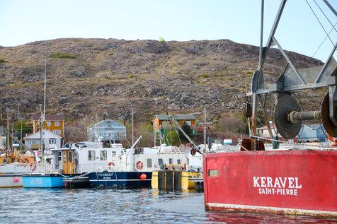 Dans le port de Saint-Pierre, on croise des bateaux aux noms bretons, basques et normand, comme témoins des origines de ses habitants.