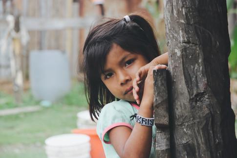Kristel habite dans une maison voisine à celle d'Andrès, notre guide. Elle nous a vu, sa curiosité dépassant sa timidité, elles s'approche et nous parle.