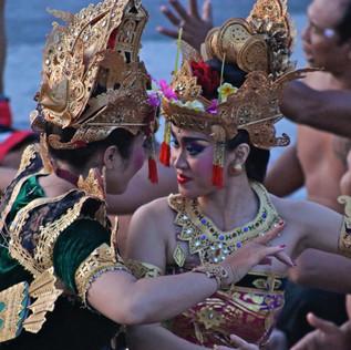 Danses Kecak au temple d'Uluwatu retraçant l'histoire de plusieurs Dieux sous la forme de légendes.