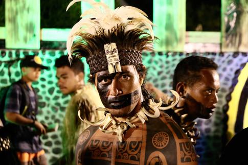 Un guerrier de Nuku Hiva. Il est tatoué sur tout le corps.  Chaque tatouage est typique d'une île, voire d'une vallée. Le tatouage en forme de barre au visage (ici de la peinture), est l'ancienne marque des guerriers de Nuku Hiva. Dans la culture marquisienne, le tatouage raconte l'histoire de la personne, et a aussi un rôle protecteur.