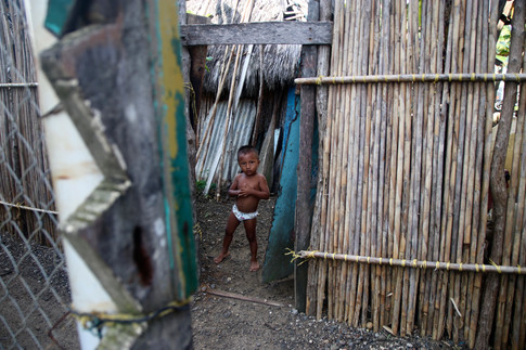 Près de l'entrée d'une maison, dans le village d'Ustupo, il y a ce petit garçon qui joue dans la rue. Je le surprends et s'en suit une longue partie de cache-cache. Finalement, il se fige enfin, le temps pour moi de capter son regard. Gagné ! Puis il fuit en riant.
