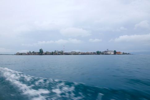 L'île d'Ustupo.  Les San Blas sont des îles coralliennes de très faible altitude (élévation maximale de 3 m), ce qui les rendent très vulnérables à l'élévation du niveau de la mer.