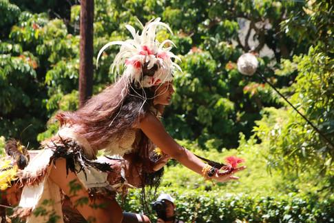 Une femme danse le Haka Manu, la danse de l'oiseau devant les touristes de l'Aranui, le bateau de marchandises et de croisière, qui est venu débarquer les heureux visiteurs.   Cette cérémonie d'accueil est un rituel propre aux Îles Marquises.