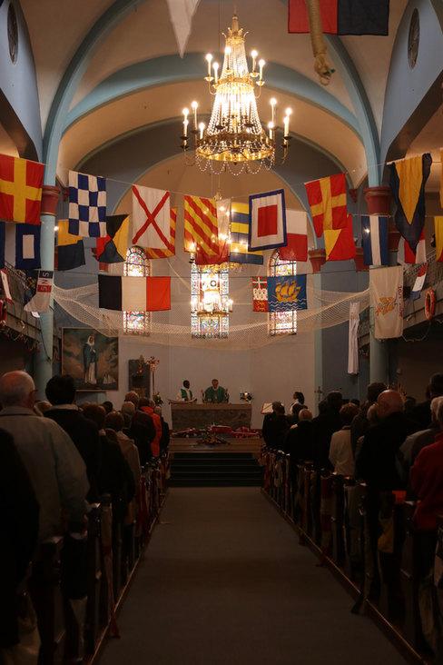 L'église de Saint-Pierre décorée de drapeaux et d'accessoires maritimes à l'occasion de la fête des marins, qui a lieu tous les ans en juin, lors de laquelle l'évêque bénie les marins et les bateaux de St-Pierre.