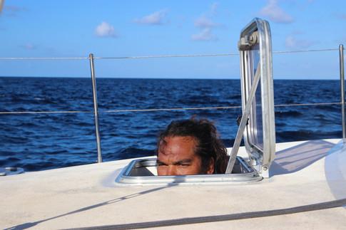 Pablo scrupte l'horizon depuis sa cabine. Nous nous rapprochons de Ua'Pou.