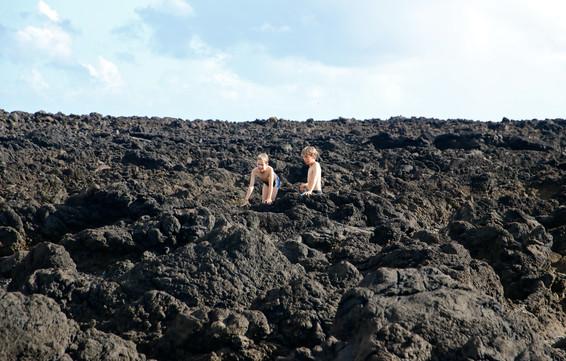Une ancienne coulée de lave solidifiée sur le littoral ouest de Flores, témoin de l'activité volcanique de l'île il y a plusieurs centaines de milliers d'années.