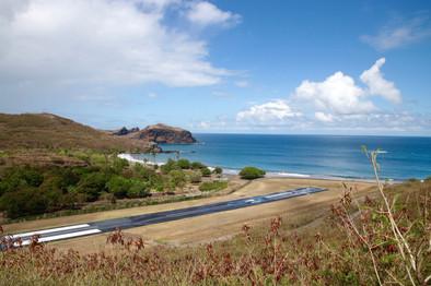 Baie d'Aneou, l'aéroport. C'est le jour du départ. Sandrine, Motu, Mahaka, Hitapu et Mariebel sont venus nous accompagner. Nous attendons ensemble le petit Twin Otter de 8 places qui viendra nous récupérer pour un long voyage de retour vers Tahiti. Les émotions sont vives. En décollant, nous apercevons leur 4x4 sur le flanc de la falaise et nous les imaginons, agiter leurs mains.