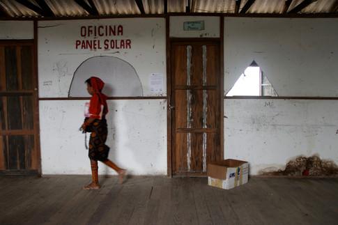 """Le bâtiment administratif d'Ustupo. Ici, se trouvent les bureaux des autorités Kuna et des différents """"ministères"""": justice, agriculture, eau potable, électricité, etc. et le bureau du chef administratif, le """"sabbindummad"""". Il est le chef de l'administration et est chargé de représenter la communauté d'Ustupo au gouvernement du Panama."""