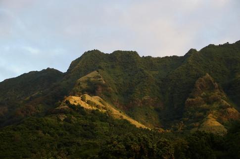 Les falaises de Tahuata dans la lumière de fin de journée.