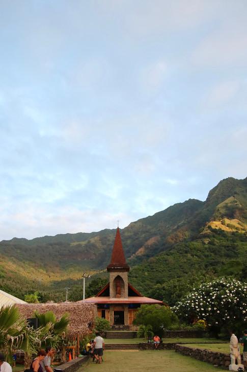 L'église de Vaitahu, toute proche du Tohua où se déroulera ce soir, les danses et les chants des délégations des six îles habitées des Marquises.