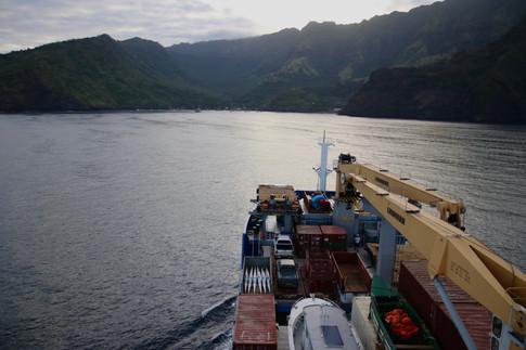 L'Aranui arrive dans la baie de Vaitahu à Tahuata au petit matin.