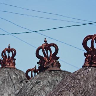 Dans les ruelles de Pecatu, quelques toits de temples familiaux.