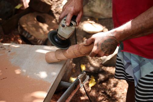 Nous sommes chez Vaa'vaa, un des derniers et meilleur sculpteur sur bois de la vallée.  Ces sculptures en bois de mi'o et de tau se vendent très bien à Tahiti.  Malheureusement, comme pour les tressages, il est difficile de donner envie aux jeunes de reprendre la relève. C'est un combat permanent que de perpétuer les savoirs et savoirs-faire dans ces îles.