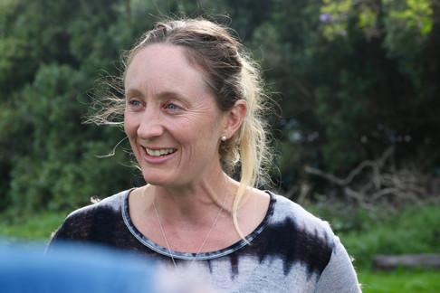 Ce matin, nous rencontrons Nicole du Kohala Center.  Elle s'occupe du programme d'aide aux fermiers à obtenir des terres pour commencer leurs activités.  Les terres sont très chères à Hawaii. C'est un des principaux obstacles au développement de petites fermes locales.