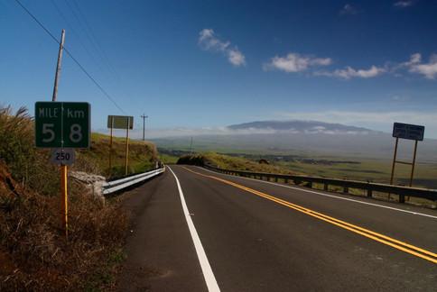 La route traversière qui relie Waimea au North Kohala. Au loin, le volcan Mauna Kea domine les plaines centrales.