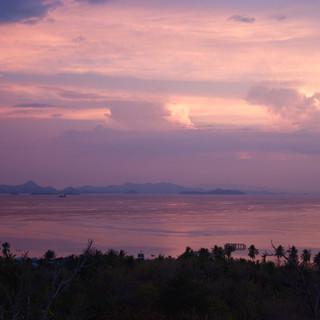 Du haut de la montagne, nous avons une vue dégagée sur le village et sur les îlots de Flores et Komodo à l'horizon.